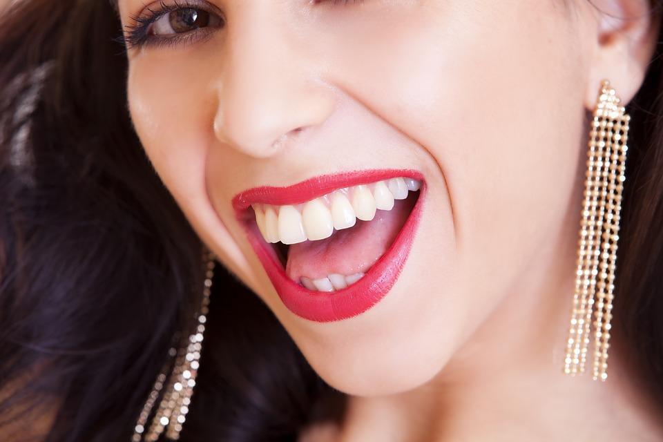 uśmiechnięta dziewczyna - białe zęby